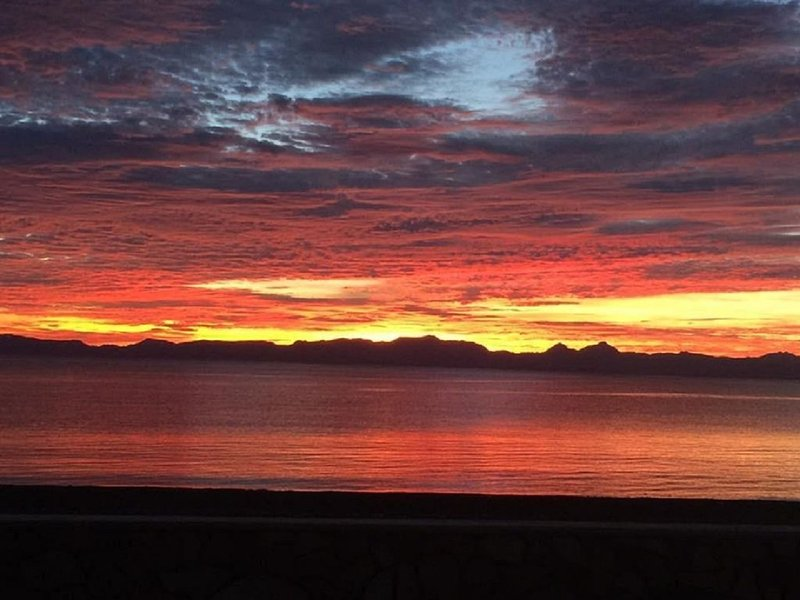 Sea of Cortez Ocean Paradise with Spectacular views, walk to town!, vacation rental in Loreto