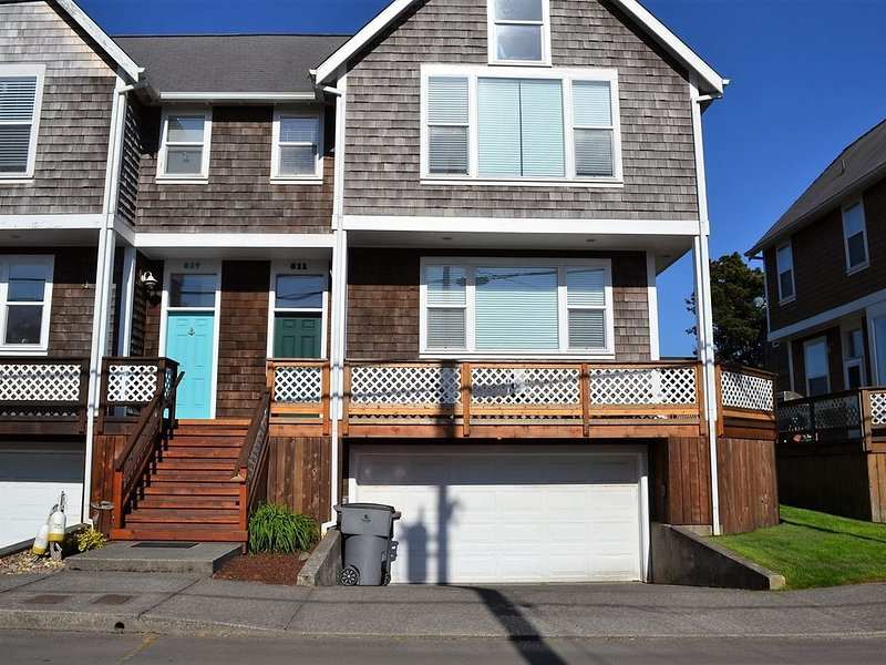 2Bed/2.5 Bath, Newly Re-modeled Townhouse, w/Fireplace, Close to Everything, vacation rental in Seaside