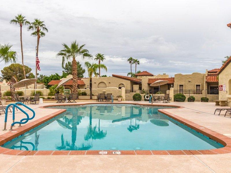 New! Alta Mesa quiet, relaxing single level home with heated pool view, alquiler de vacaciones en Mesa