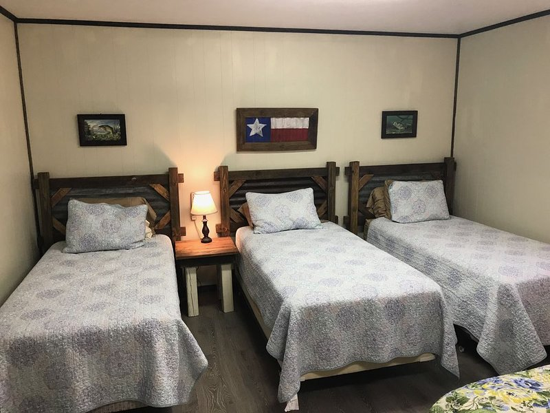 Falcon 1 Cabin - The perfect fishing getaway - FENCED & GATED, holiday rental in Zapata