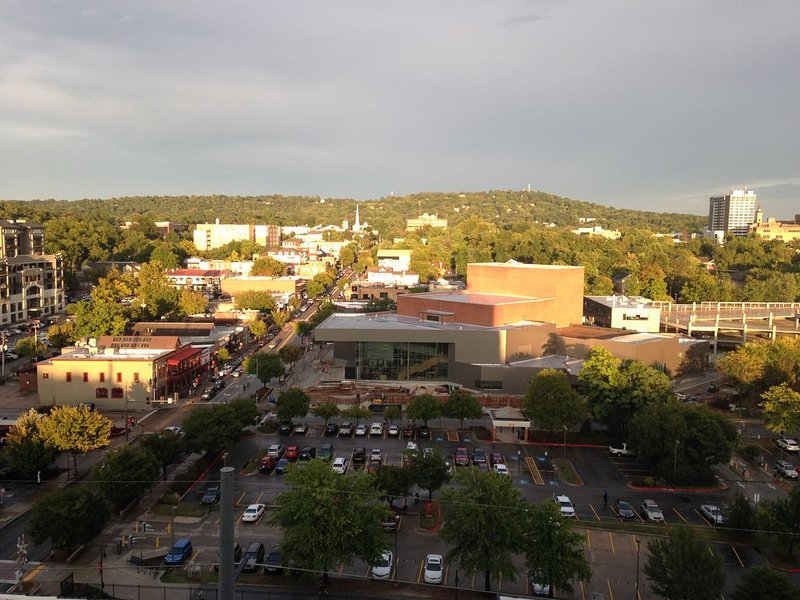 Luxury Art Filled Condo with Unbelievable Views of Fayetteville, vakantiewoning in Fayetteville