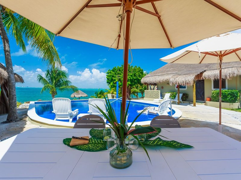 Beachfront Cottage Lee with 22' Palapa ceilings just steps from the Caribbean, holiday rental in Playa Mujeres
