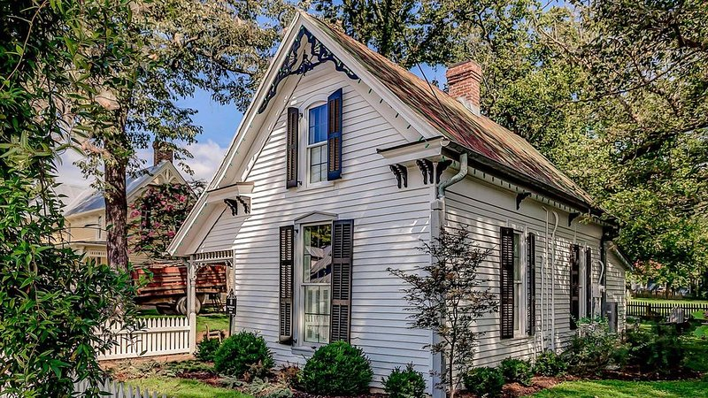History Meets Luxury at Dreamy Leiper's Fork Village Cottage, Walk to Everything, vacation rental in Franklin