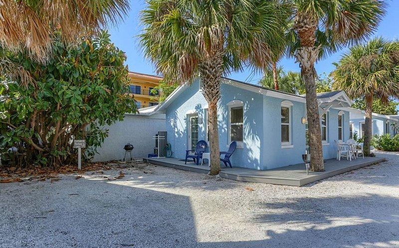 Blue Heron Cottage 6 - Beachside, heated pool, a gem!, holiday rental in Indian Rocks Beach