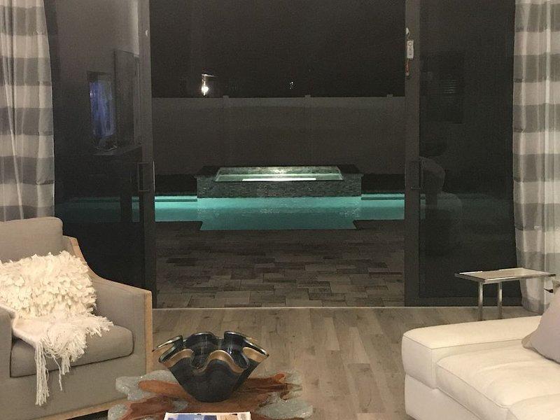 Fully Renovated. Beach House w/ Heated Pool & Spa. Beach, bars, shops, alquiler de vacaciones en Naples Park
