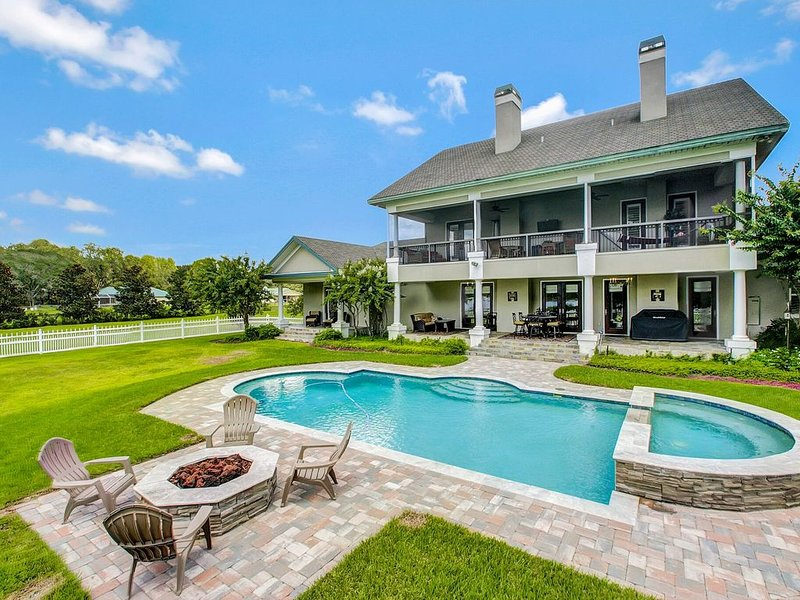 LakeFront  Manor Executive Estate - 5BR-, holiday rental in Trinity