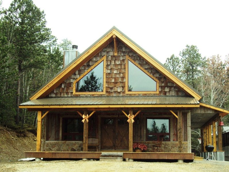 DREAM CABIN ~ Pool Table/Air Hockey, Hot Tub, WiFi, ON THE Trails. BEST VALUE!!, holiday rental in Lead