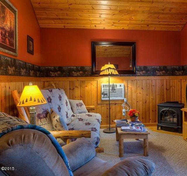 MOOSE CABIN – BEAUTIFUL PRIVATE SETTING, 6 MILES TO GLACIER PARK, alquiler de vacaciones en Columbia Falls