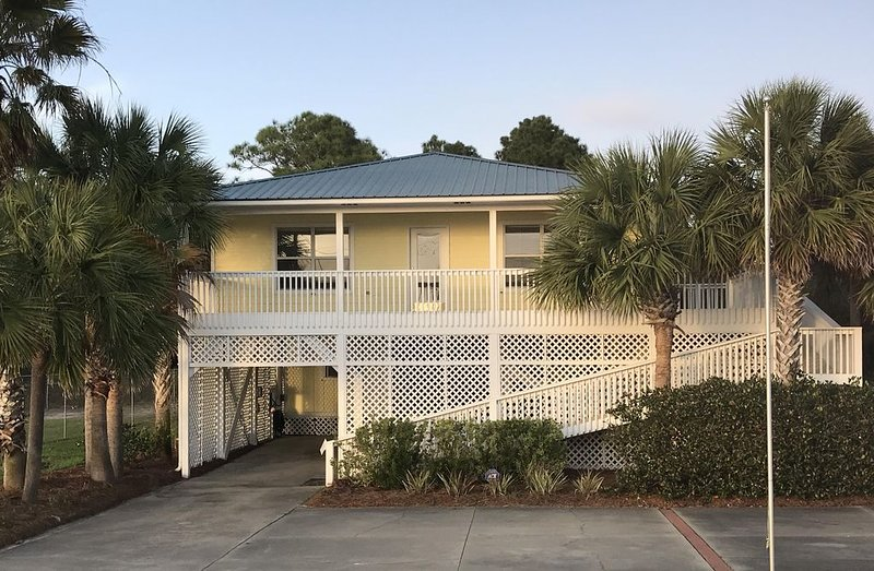 IMMACULATE., AFFORDABLE AND AMAZING BAY VIEWS & SUNSETS!, vacation rental in Port Saint Joe