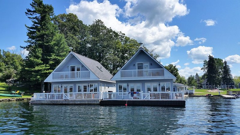 Lighthouse Cottage - This cottage is floating in the Heart of the 1000 Islands, holiday rental in Lansdowne