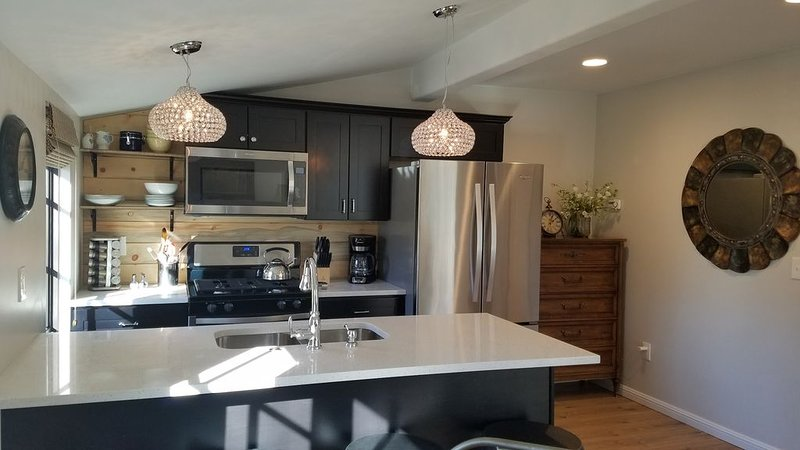 Mile High Carriage House. Downtown! Dog park, bikes & beautiful view., holiday rental in Denver