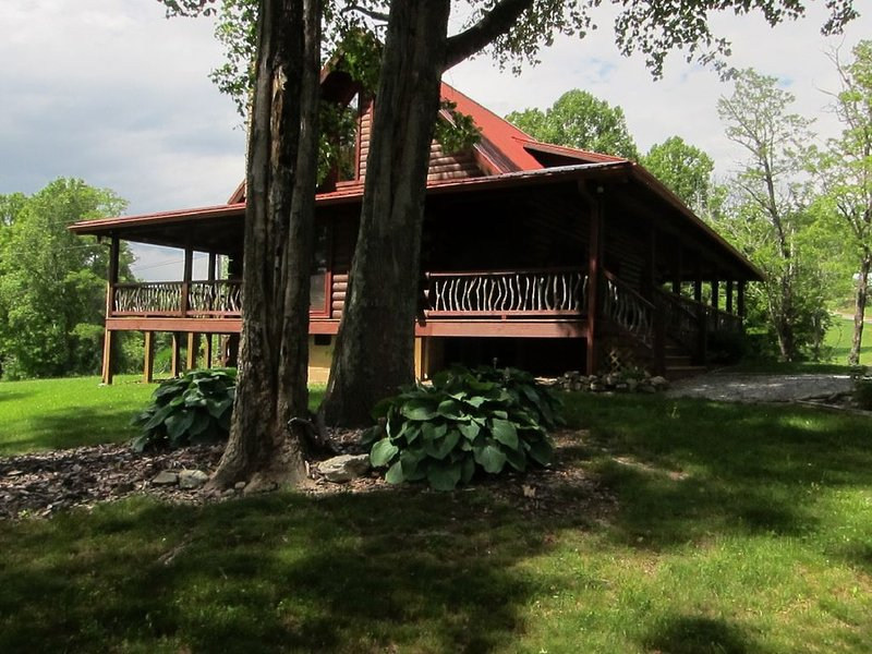 BEARWALLOW DEN -NEAR ASHEVILLE - HENDERSONVILLE LUXURY MOUNTAIN CABIN - 2 KING, casa vacanza a Edneyville