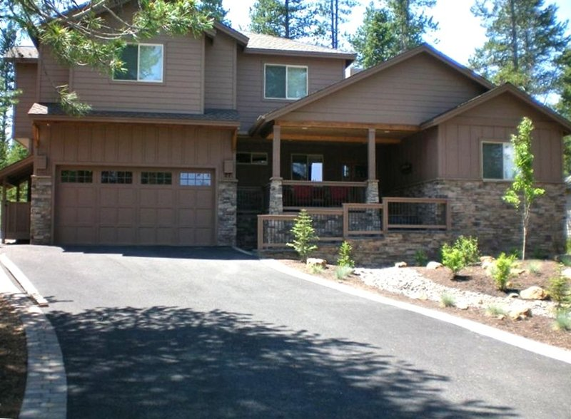 Premier Luxury Home: 6 BR/7 BA/Hot Tub/Rec Room/Free Nights!, vacation rental in Sunriver