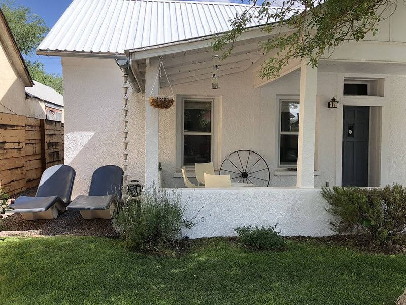 Adobe in Prime location in heart of Marfa, Steamshower, Fantastic Porch, vacation rental in Marfa