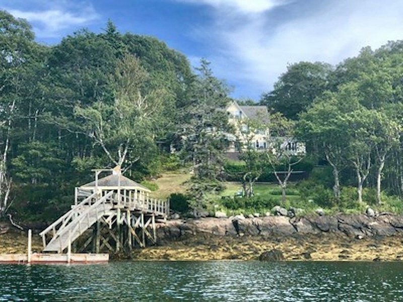 Vintage Victorian Oceanfront with Deep Water Dock and Pool, alquiler de vacaciones en South Bristol
