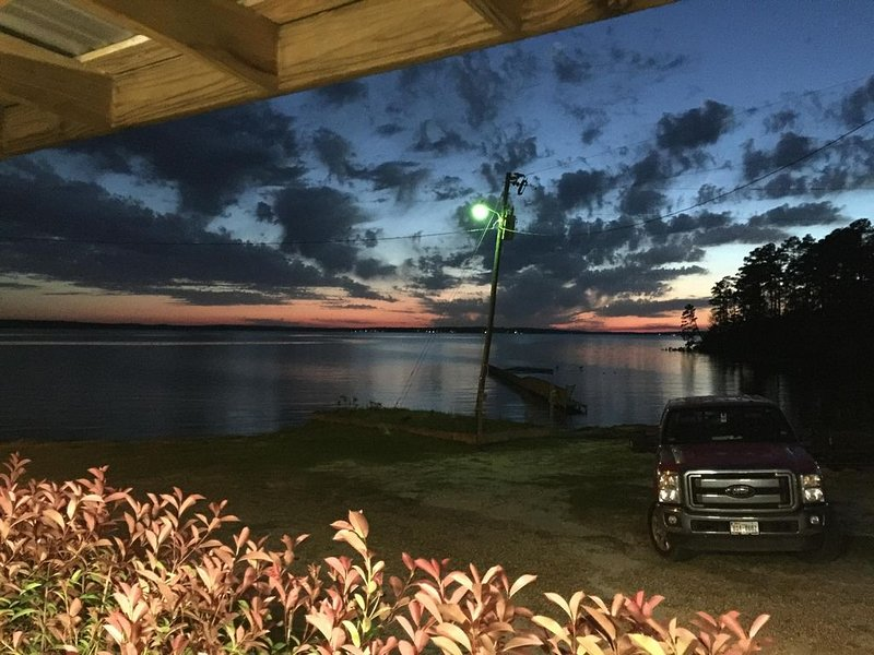 Fabulous Waterfront Property! Pontoon boat rental available., casa vacanza a Vernon Parish