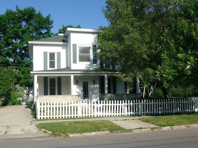 Charlevoix Multi-Family Home. Sleeps up to 18!! 5 Min. Walk to Town!  Fire Pit!!, vacation rental in Charlevoix County