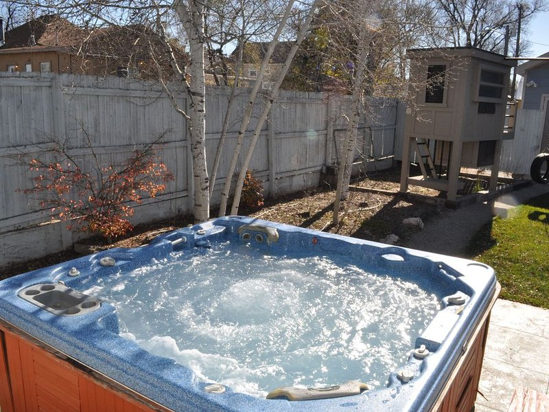 CENTRALLY LOCATED WITH PRIVATE YARD AND HOT TUB, vacation rental in Colorado Springs