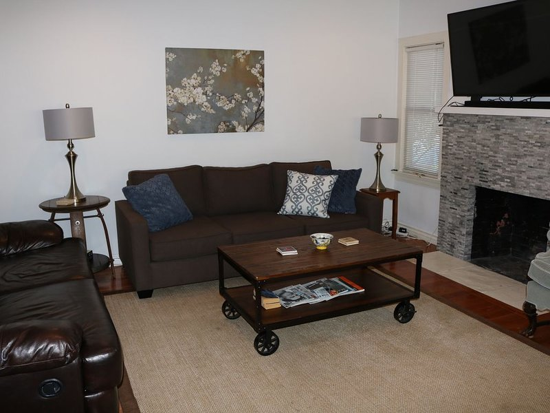 Sala de estar / 3 sofás, chimenea, televisor 4K con Netflix, Hulu, altavoz Bluetooth