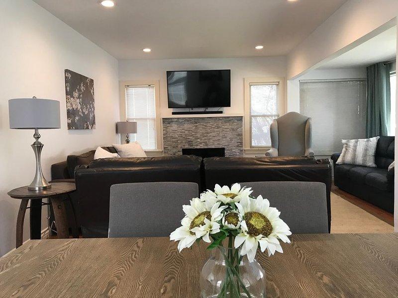 Sala de estar / 3 sofás grandes, TV 4K, altavoz Bluetooth Spotify con barra de sonido, chimenea