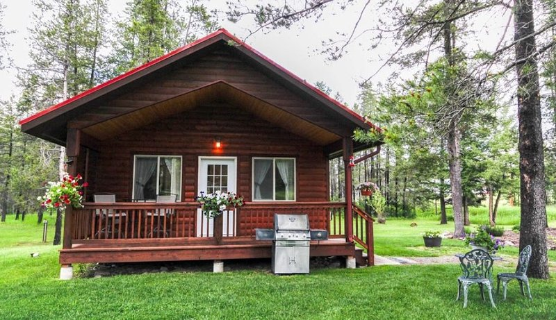 WOLF CABIN – BEAUTIFUL PRIVATE SETTING, 6 MILES TO GLACIER PARK, alquiler de vacaciones en Columbia Falls