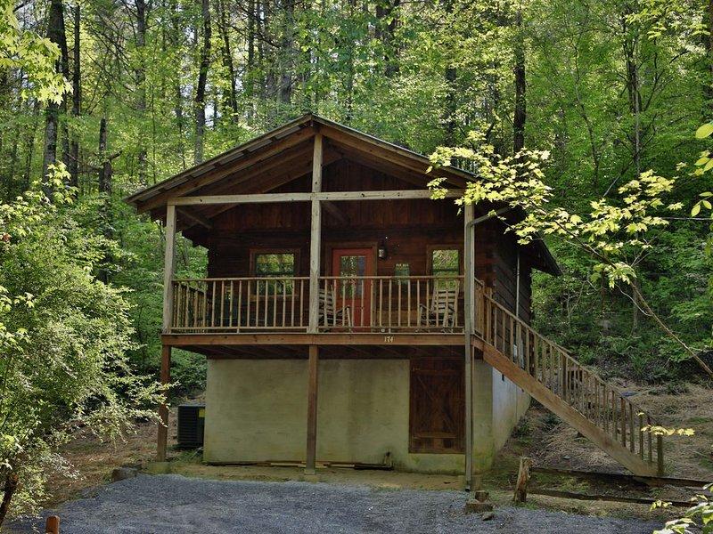 Red Door Cabin - a secluded getaway in the heart of Townsend, aluguéis de temporada em Townsend