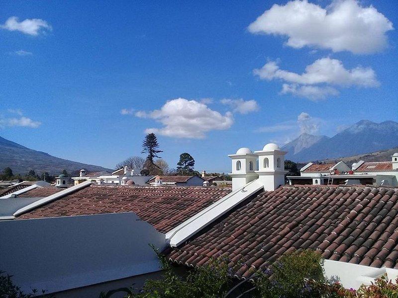 Vue de Valcano Fuego en éruption / en haut à droite de la photo