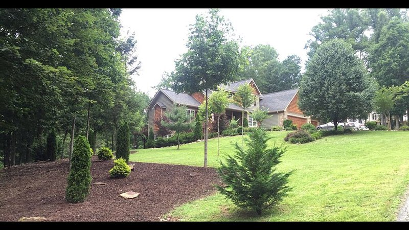 Very Large, 2 acre Arts and Crafts Country Retreat 5 miles from dwntwn Asheville, holiday rental in Woodfin