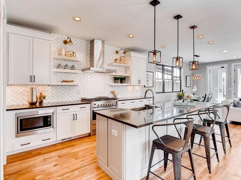 Beautiful 5 bedroom high-end farmhouse style home in amazing downtown location!, vacation rental in Denver