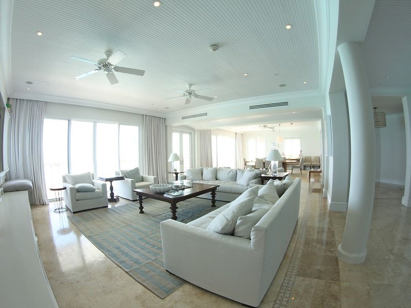 Spectacular 5 MBR Penthouse in beautiful luxurious resort, holiday rental in Grace Bay