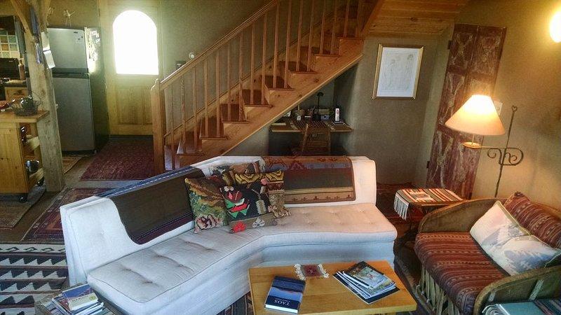 Vardagsrum w / dator nook under trappor. Ser mot kök och sidodörr.