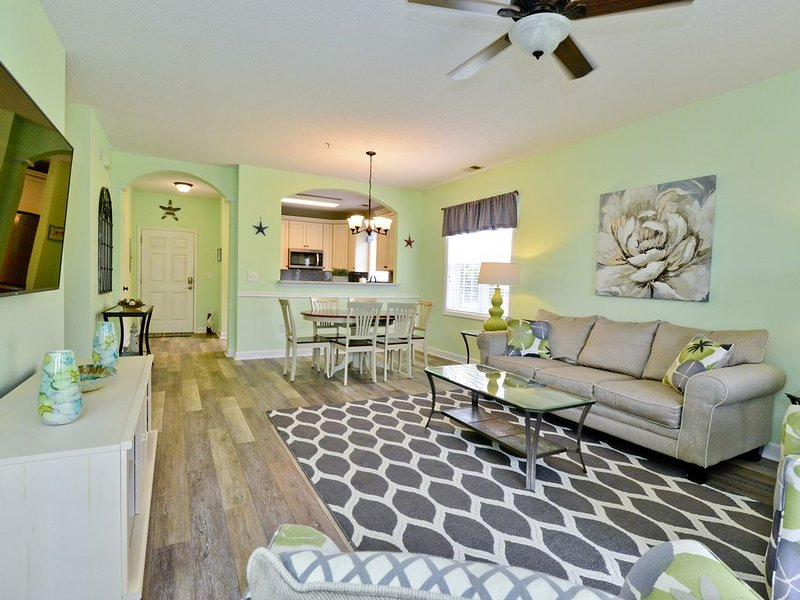 ALL NEW MODERN INTERIOR! TOP LOCATION!  1 mile to beach  Pool * Wi-Fi * Huge TVs, holiday rental in Arcadian Shores