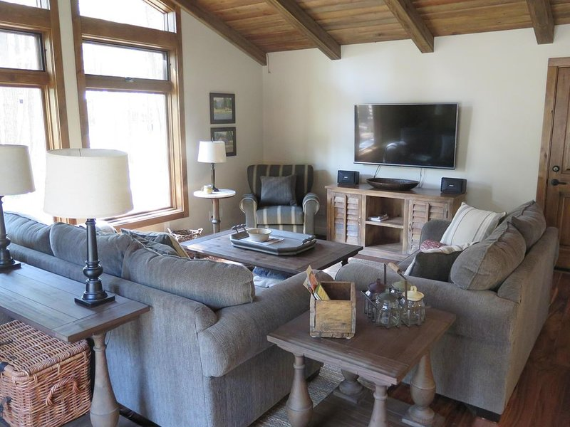 Cozy Remodeled Getaway in Continental Country Club, Large Wooded Lot & Wildlife, vacation rental in Flagstaff
