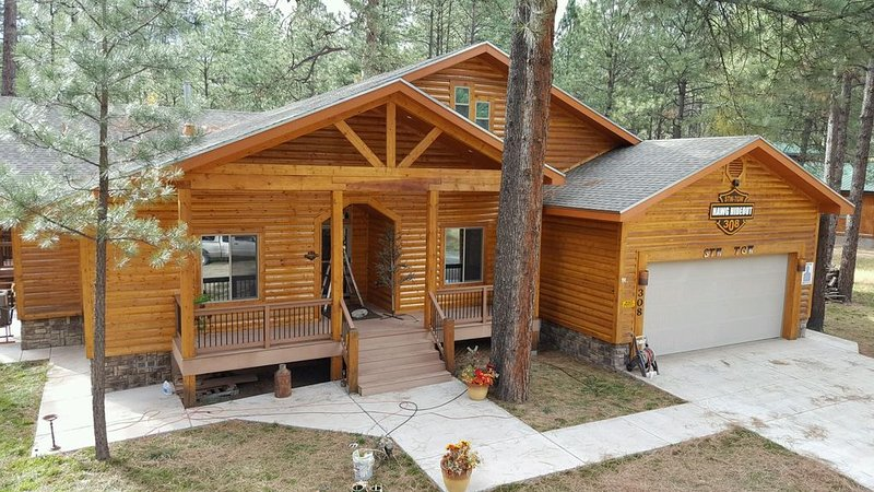 Big Log Cabin Home, Large Back Deck Overlooking Cedar Creek ~ Close To Downtown, vacation rental in Ruidoso