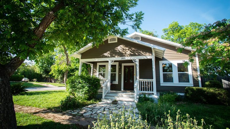 Great restaurants and music venues are open.  We have monthly rates. Just ask., holiday rental in New Braunfels