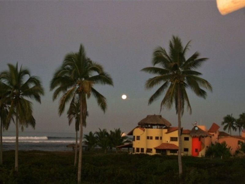 Zihautanejo Area, Playa La Saladita, Beach Front House, location de vacances à La Salada