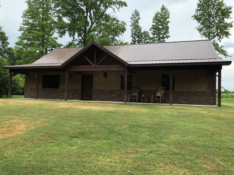 Brand New Secluded Cabin with Meadow Views, holiday rental in Broken Bow