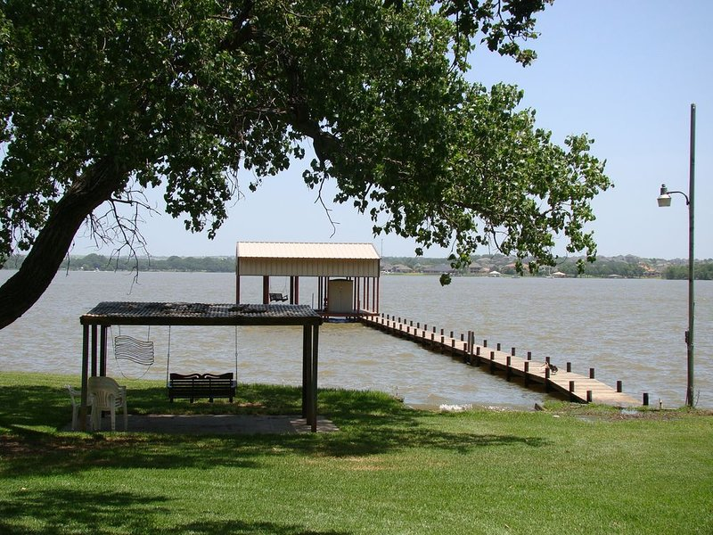 Lakefront Log Home on 1.5 Gated Acres W/ 130 Sixty Foot Oaks!, location de vacances à Springtown