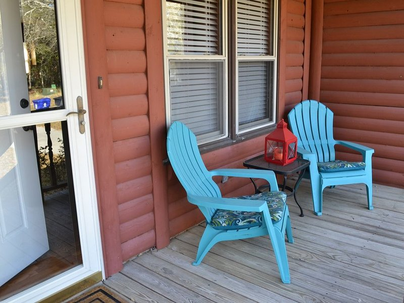 3 BR, 2 BA;  CABIN * BEACH - PET FRIENDLY; ROOM TO PARK BOAT; LARGE FENCED YARD, location de vacances à Oak Island