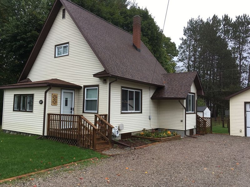 Cute!! Downtown Boyne City House. 5 min walk to downtown area and Beaches⛱, location de vacances à Boyne City