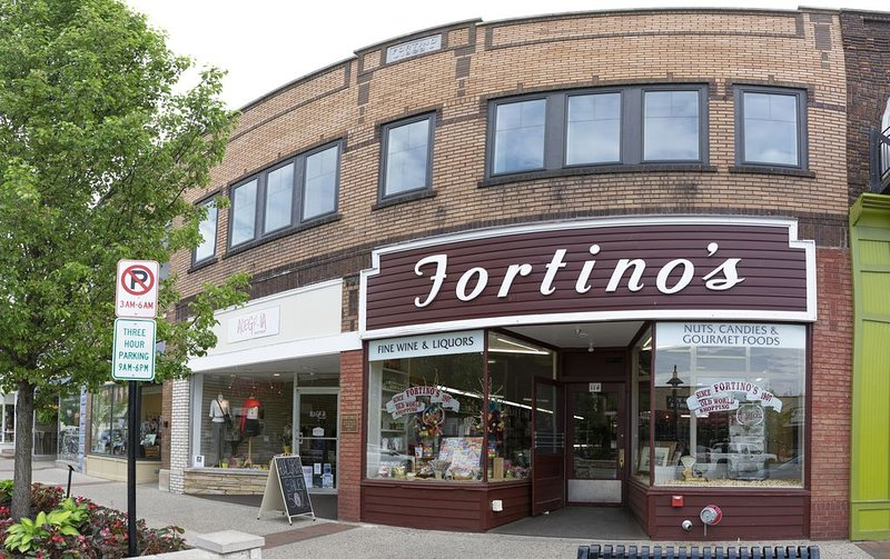 Newly Renovated Downtown Condo In Historic Fortino's Building, holiday rental in Grand Haven