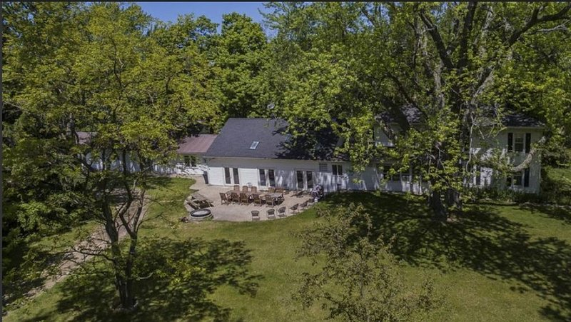 Sanitized House, Heated Indoor Pool and Five Acres of Private Family Space, location de vacances à South Haven