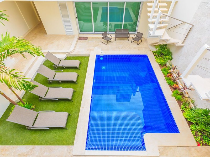 Heart of Downtown, Pool, Balcony, Message 4 Discounts, holiday rental in Playa Mujeres