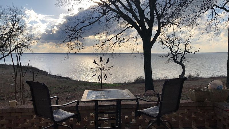 Lakefront Retreat with Full Lake View and Access, alquiler de vacaciones en Colbert