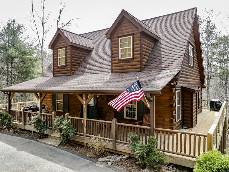 Walk to the Broad River or Mirror Lake!  Hot tub and wrap-around deck! WIFI! – semesterbostad i Lake Lure