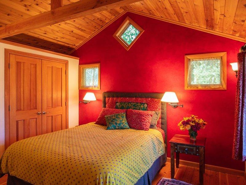 chambre à coucher avec lit queen size, plafonds en bois et planchers et penderie