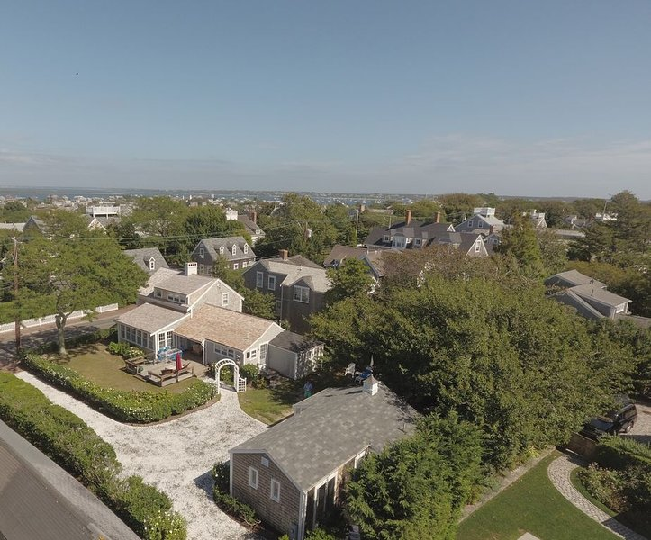 Prestigeous Cliff Road Location w/Short Stroll To All Town Docks & Activities, vacation rental in Siasconset