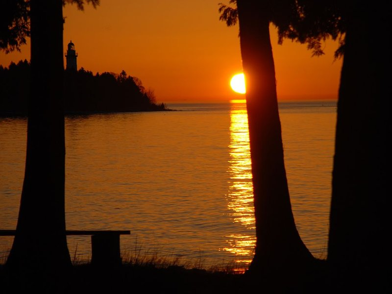 Lake-House With The Best View Of Cana Island And It's Lighthouse You Can Find!, location de vacances à Door County