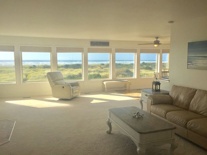 Pacific Dreams Beach House- Beach front! Gorgeous views! Meticulously sanitized!, holiday rental in Grayland