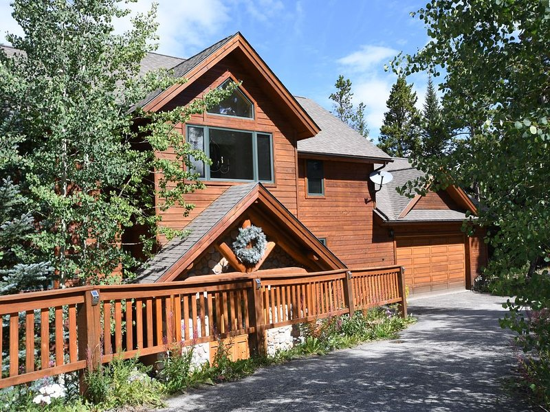 Stunning Views, Four Master Suites,  Hot Tub, Pool Table, Free Shuttle to Town, vacation rental in Breckenridge